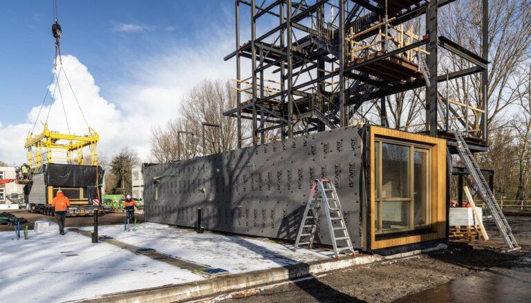 Eerste houtbouw appartementen M'DAM geplaatst